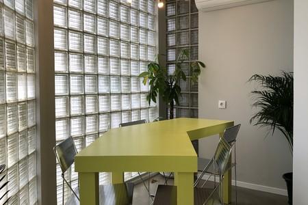 Temos uma ótima sala de reuniões com espaço para até 4/5 pessoas no Príncipe Real